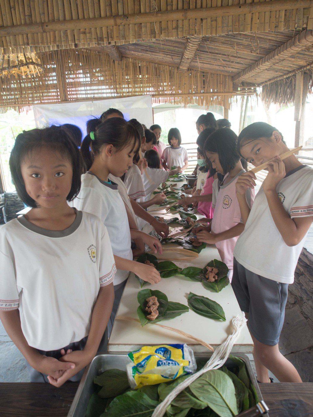 女學童跟著部落民眾學習如何製作吉拿富。記者林良齊/攝影