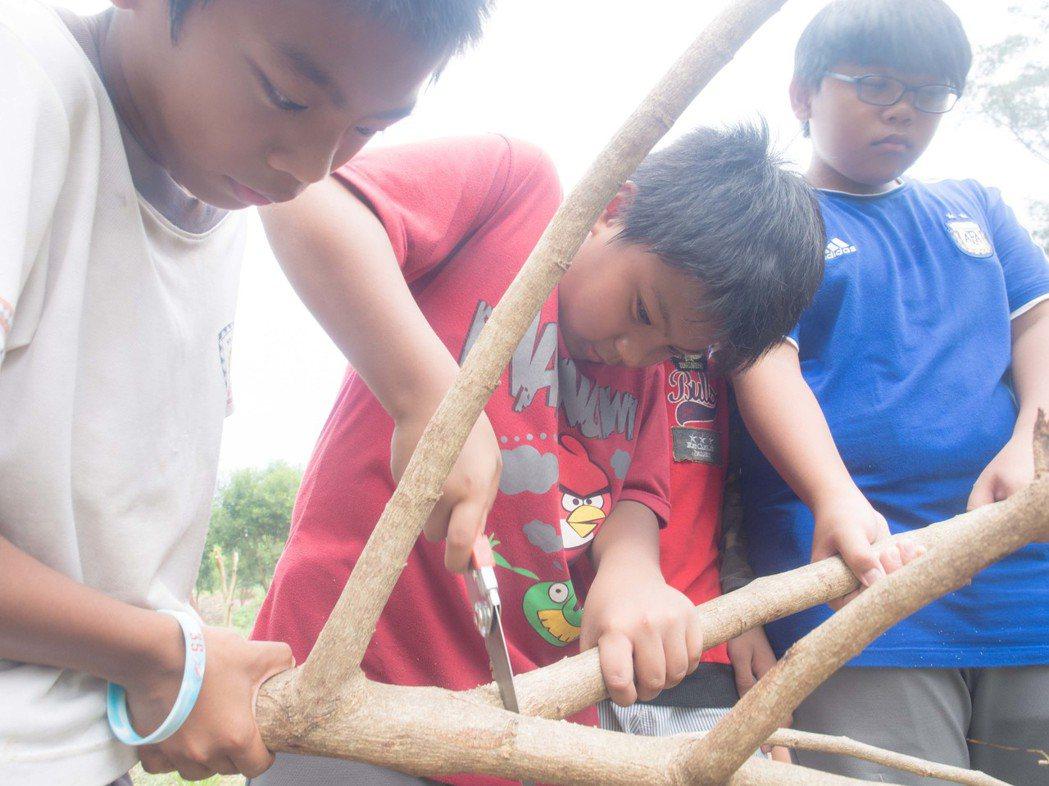 男學童則學習如何鋸木頭。記者林良齊/攝影