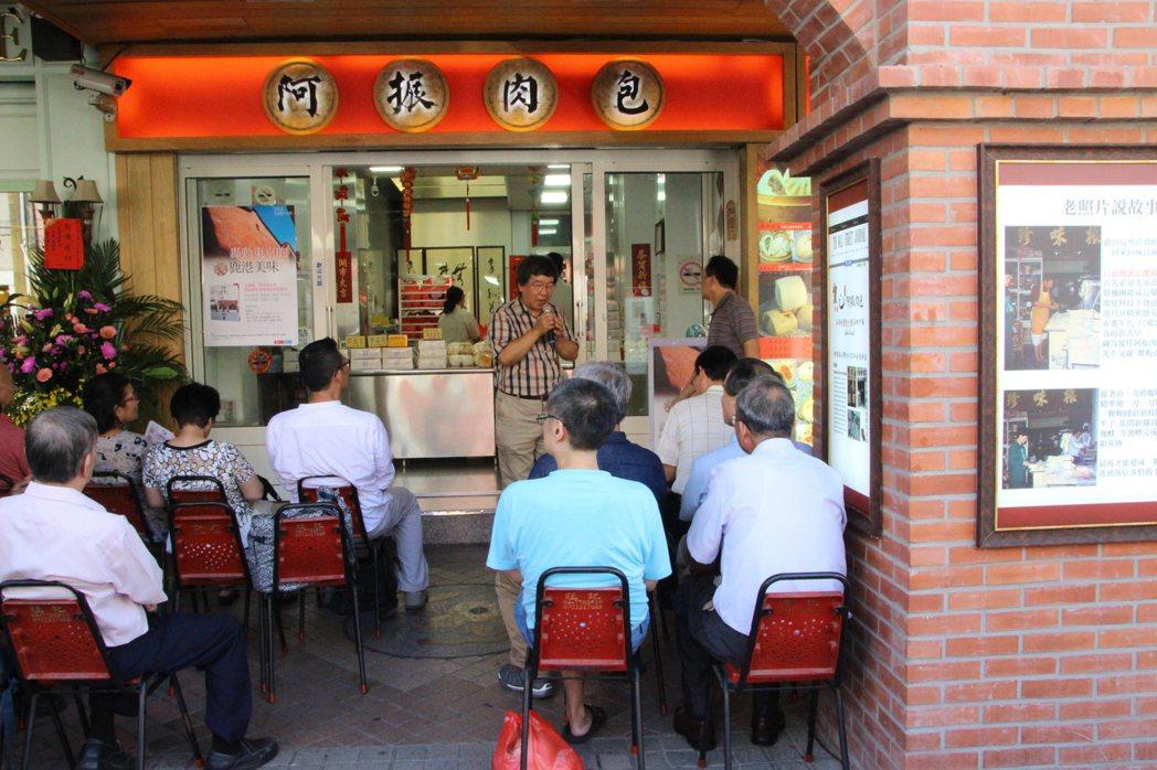 阿振肉包老闆鄭永豐在自家店面門口舉行新書發表會。記者林敬家/攝影