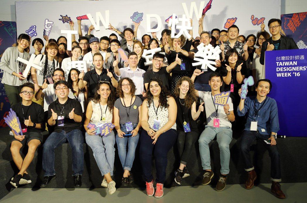 超過200位台灣與國際設計師響應,出席設計師在開幕式中合影。記者徐兆玄/攝影