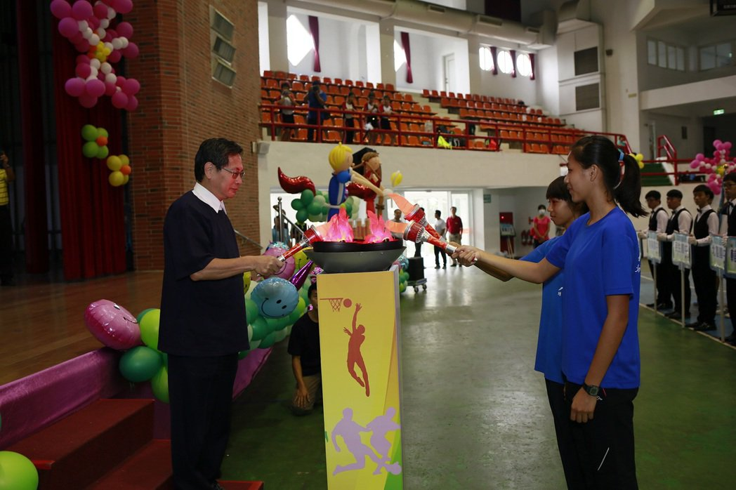 嘉義市長涂醒哲(左)今天參加市運會開幕典禮。