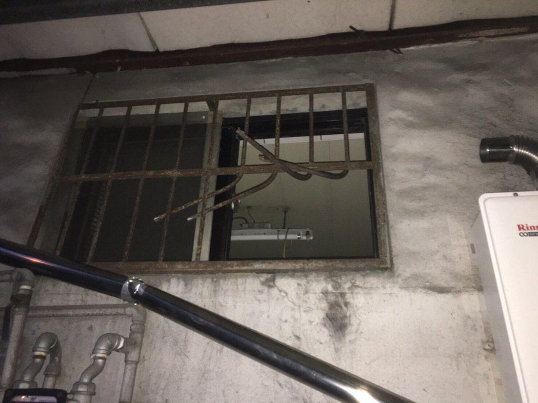 嫌犯就是剪斷這處鐵窗,再潛入行竊。圖/警方提供