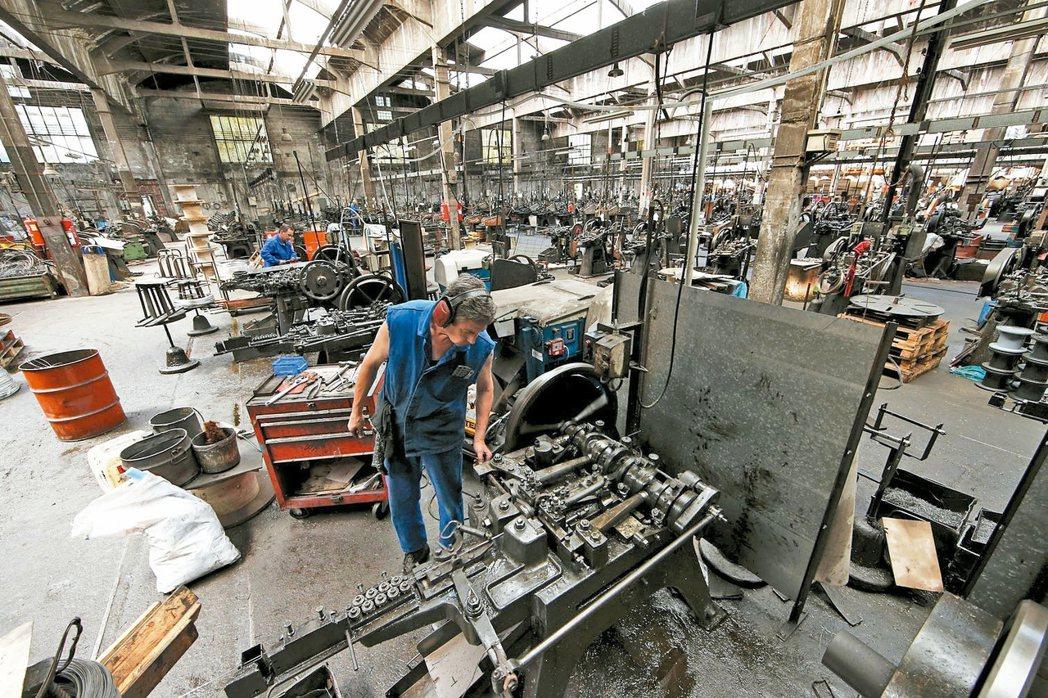 歐元區經濟又傳出壞消息,23日出爐的9月綜合採購經理人指數(PMI)初估值降至近...
