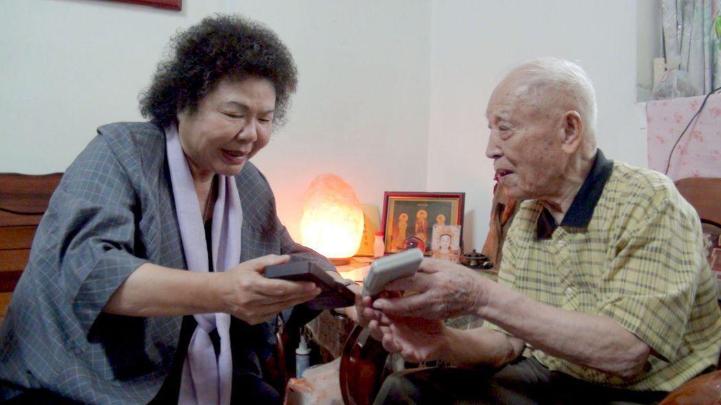 高雄市長陳菊(左)跟百歲人瑞磨震彪請教如何打電動。記者楊濡嘉/攝影
