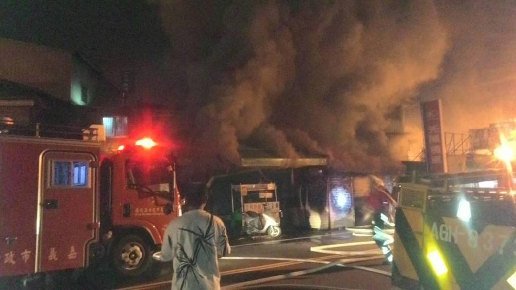 嘉市國光新村深夜傳出大火,幸無人傷亡。記者林伯驊/翻攝