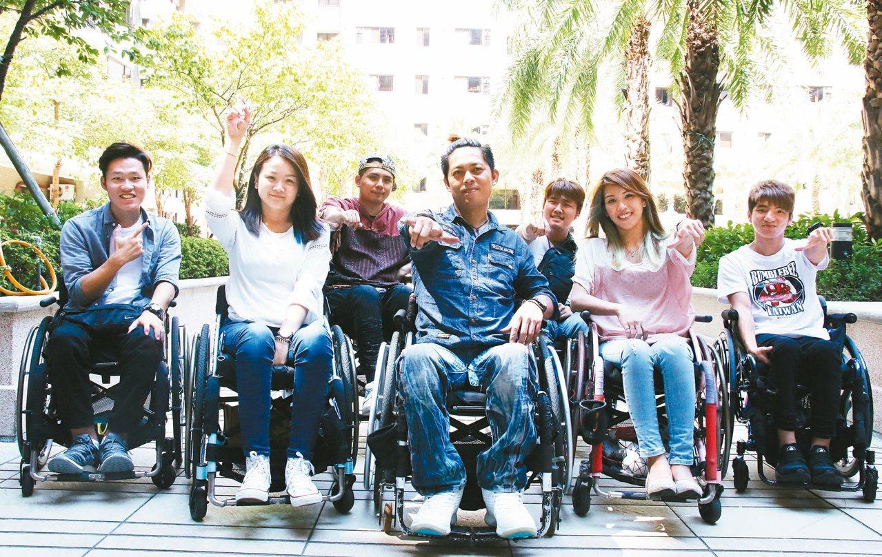 在輪椅上訴說自己的人生,他們要重拾過去的微笑。 記者葉建宏/攝影