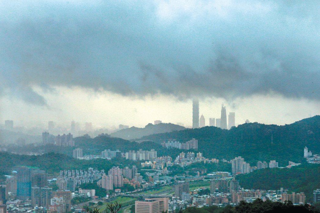 梅姬颱風襲台,台北天空昨風雲變化大,時而下雨時而出現陽光,氣象局表示暴風圈有擴大...