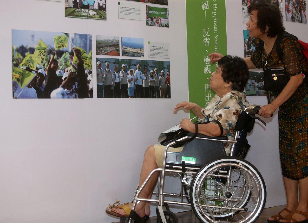 民進黨昨天舉行「創黨30 挑戰30」記者會,在台北市中山堂展出包括影像、海報、黨...