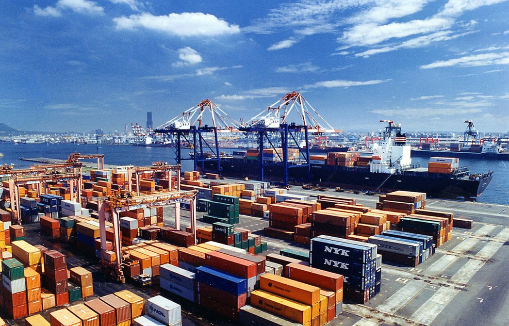 台灣今明年成長預測都遭ADB下修,圖為高雄港。(圖/本報系資料照片)