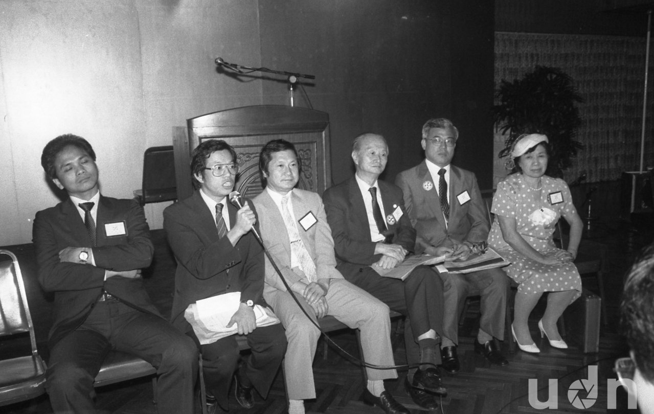 民進黨創黨集會在風聲鶴唳的緊張情氣氛中舉行,左起:游錫堃、謝長廷、顏錦福、費希平...