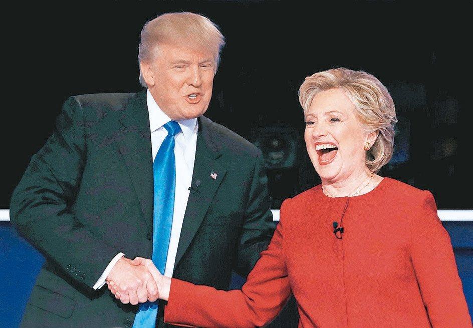 美總統候選人川普(左)與柯林頓(右)首辯論交鋒後,柯林頓的表現明顯較受肯定。 路...