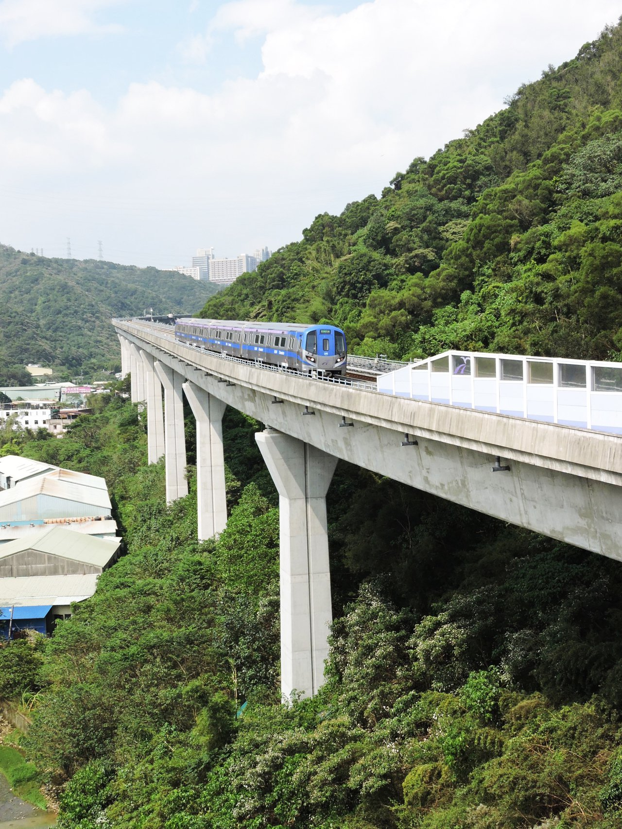 機場捷運拚年底通車,目前積極試車提升穩定度,但有民眾反映,機捷行經上下坡路段馬達...