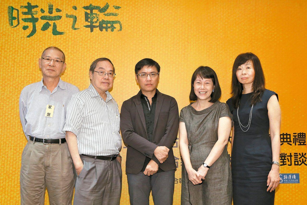 第三屆聯合報文學大獎贈獎典禮,邀請作家陳列(左一)、陳芳明(左二)、廖玉蕙(右二...