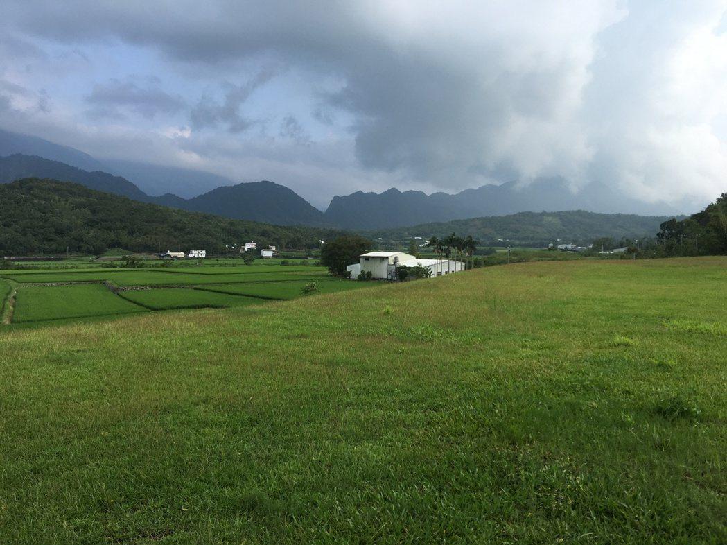 2016穀稻秋聲富里山谷草地音樂節將於10月22、23日展開,邀請民眾坐在草地、...