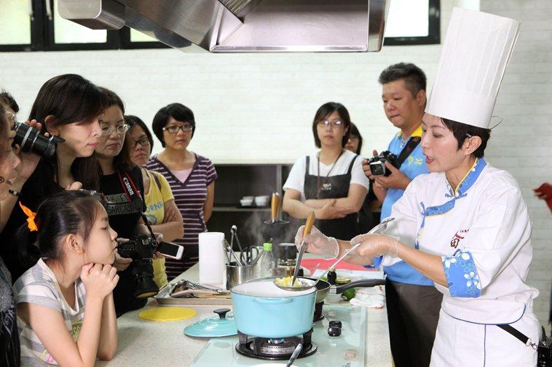學員們圍在料理檯前,仔細揣摩主廚的料理祕訣。