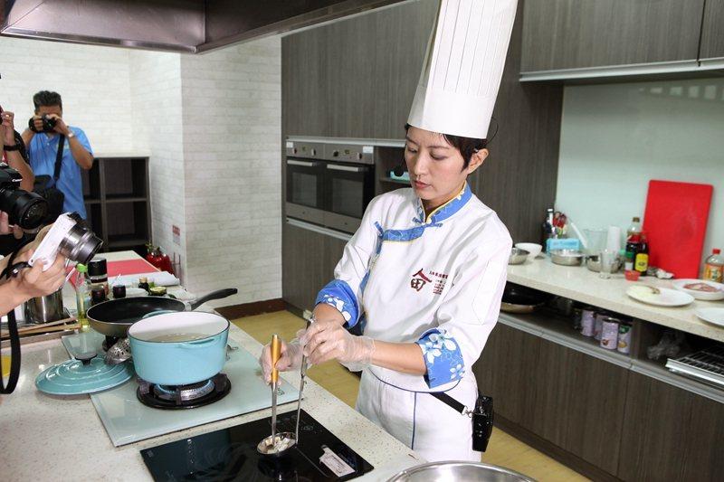 邱聿涵主廚示範料理。