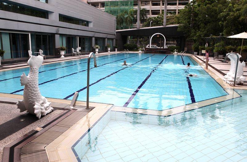 露天椰林游泳池很有休閒度假氛圍。