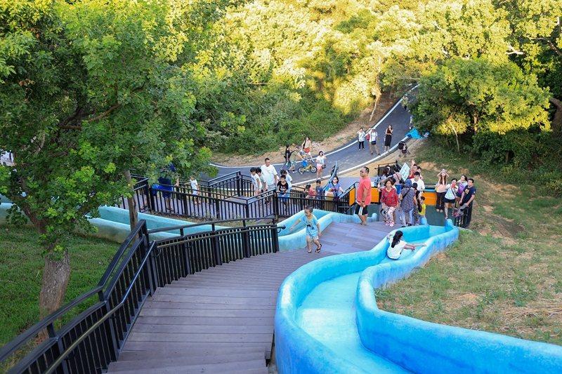 青青草原增建四座磨石子滑梯後變成小朋友的歡樂天堂。
