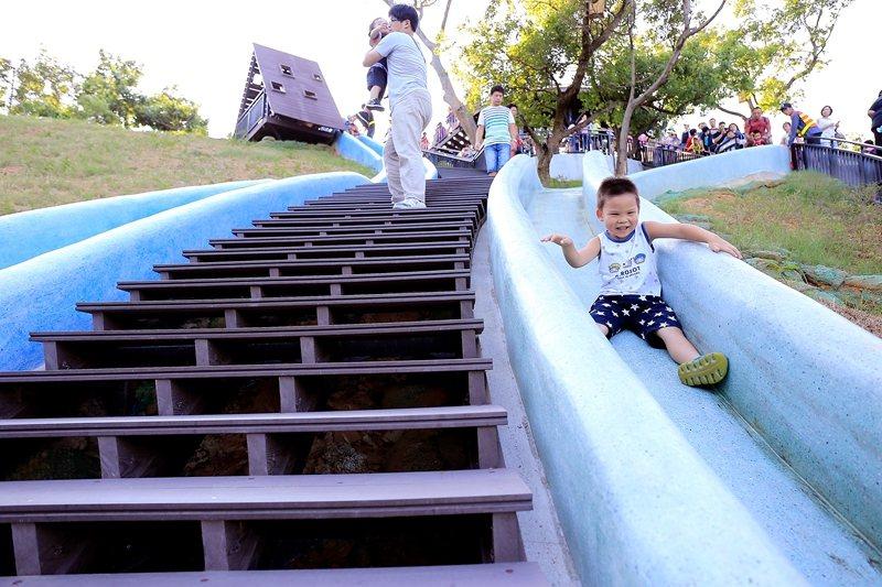 青青草原的磨石子滑梯是北台灣最長。