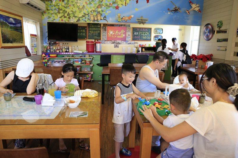 餐廳內提供玩具和桌遊。