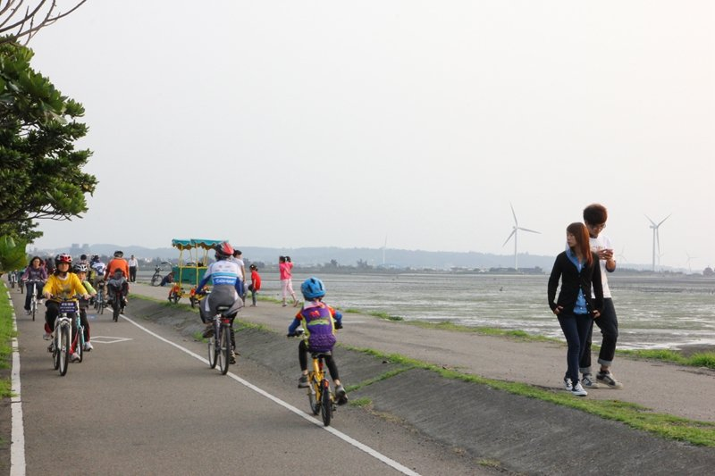漁港旁連結17公里海岸線自行車道。