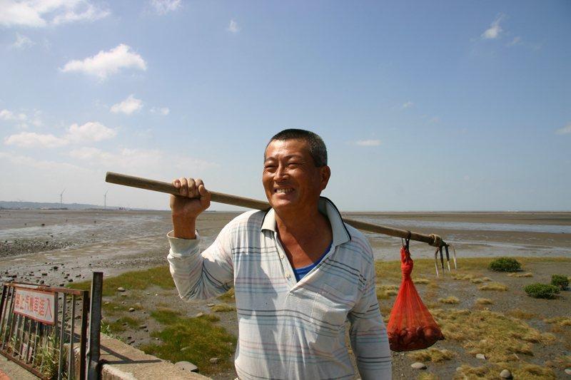 在地居民會來漁港邊抓些貝類為晚餐加料。