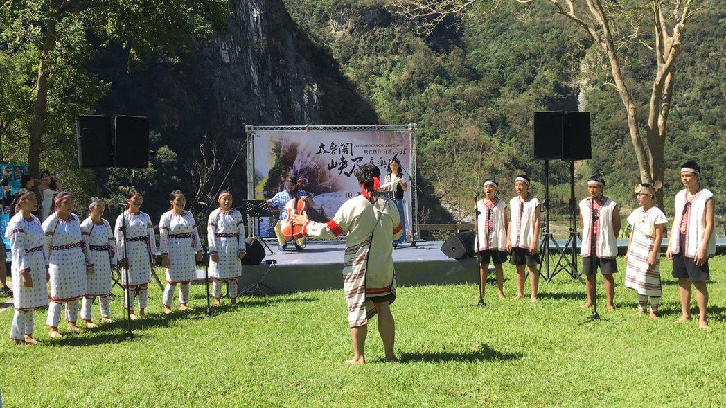 花蓮縣秀林國中合唱團在「三金」加持的音樂家范宗沛的大提琴聲中,唱出動人的音樂。記...