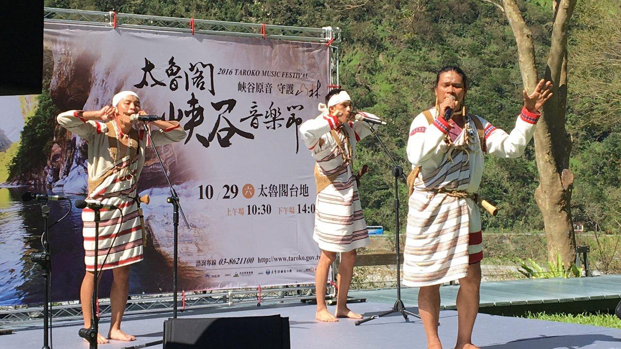 「葛都桑音樂工作室」在記者會中演出充滿原住民風情的曲目。記者徐庭揚/攝影