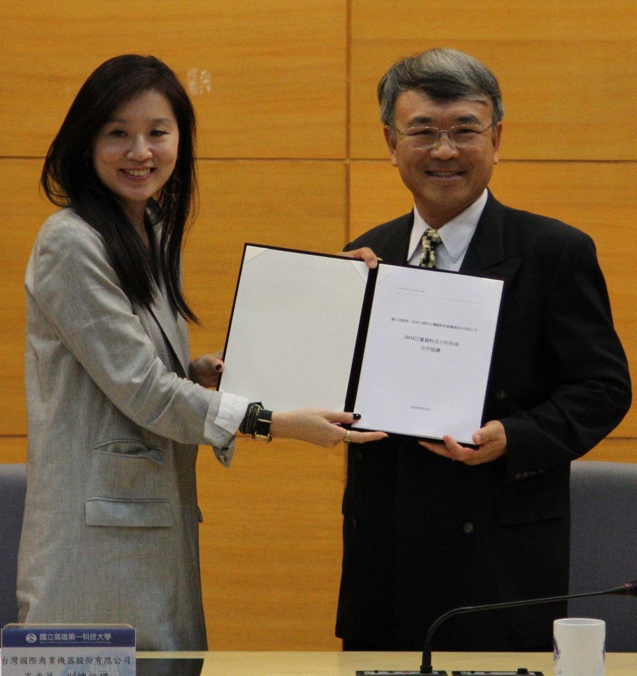 IBM昨由行銷公關副總經理高孟華(左)代表捐贈國立高雄第一科技大學,價值台幣3千...