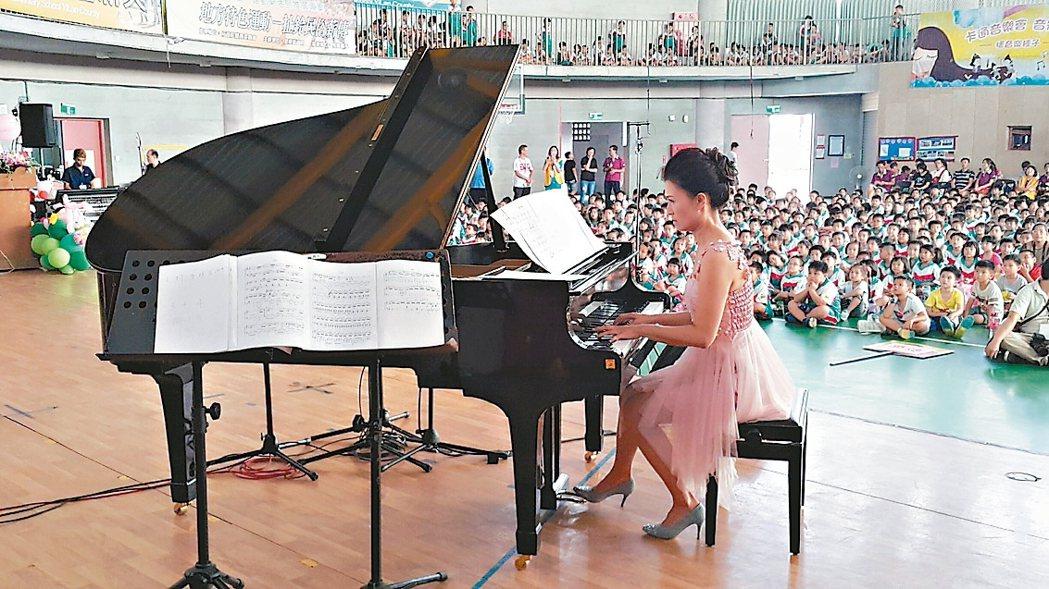 新竹的國小音樂老師田宜歆,集結台北和宜蘭的公益力量,下鄉辦卡通音樂會。 記者廖雅...