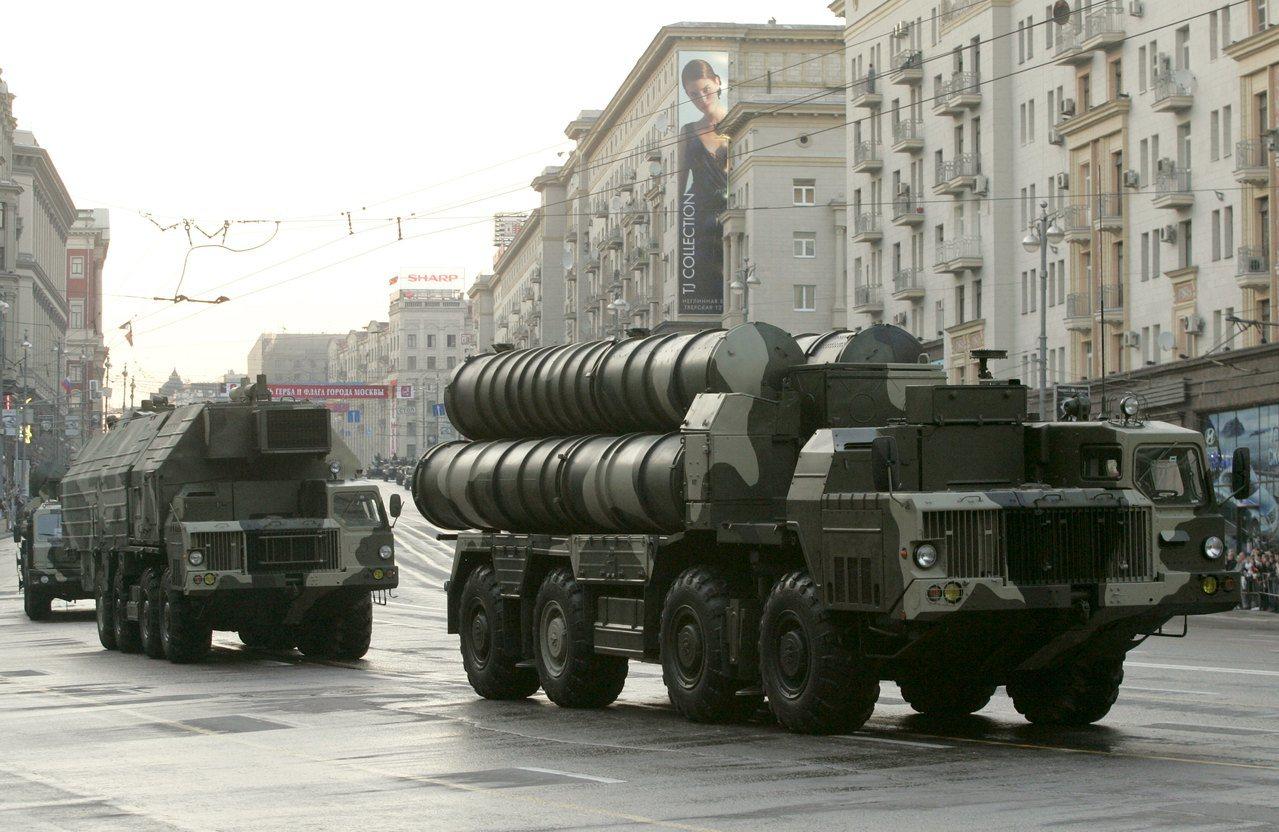 S-300型防空導彈是蘇聯時期發展出來的一種機動式地對空導彈,在1979年成軍服...