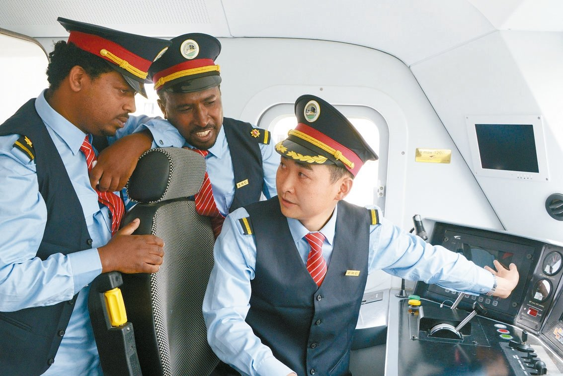 中方列車司機(右)指導衣索比亞司機。 新華社