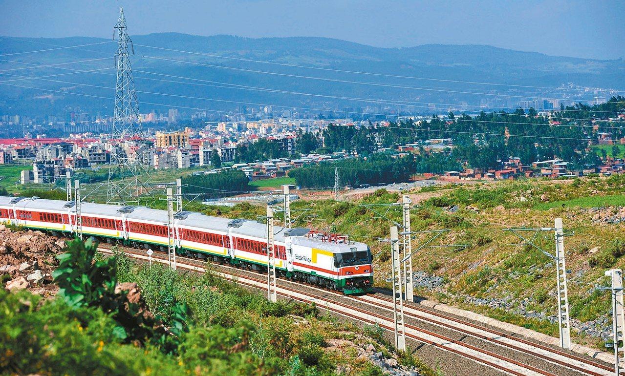 一列試運行列車在新鐵路上行駛。 新華社