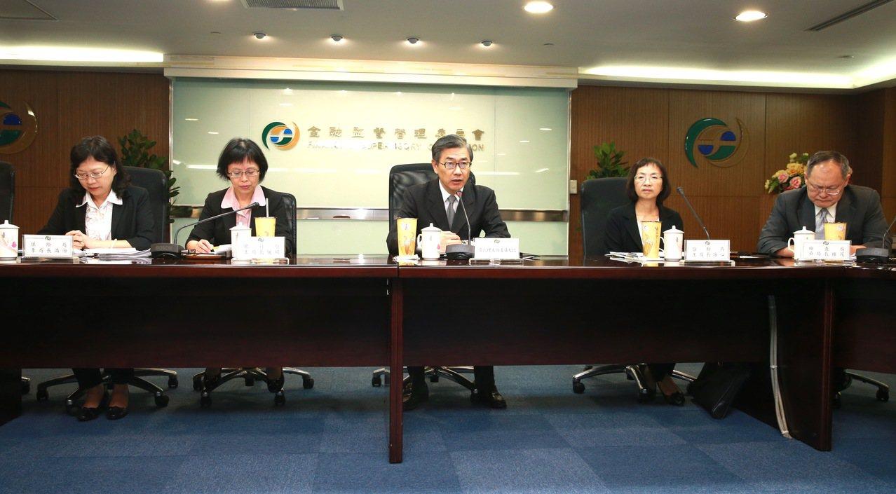 證期局局長王詠心(右二)看好,開放定期定額投資個股以及ETF,對台股量能一定有正...