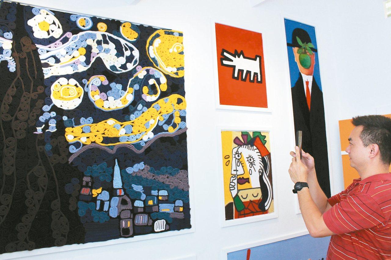 虎尾鎮金鵬「巾」緻親子館用毛巾堆疊出世界名畫,讓民眾驚呼連連,拿著手機拍照。 記...