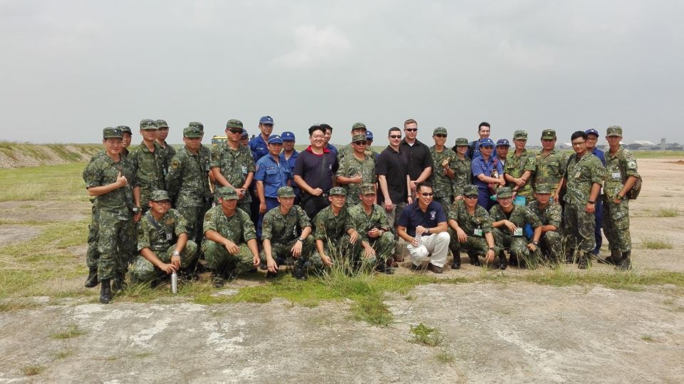 國軍與美軍人員合影。圖/翻攝臉書