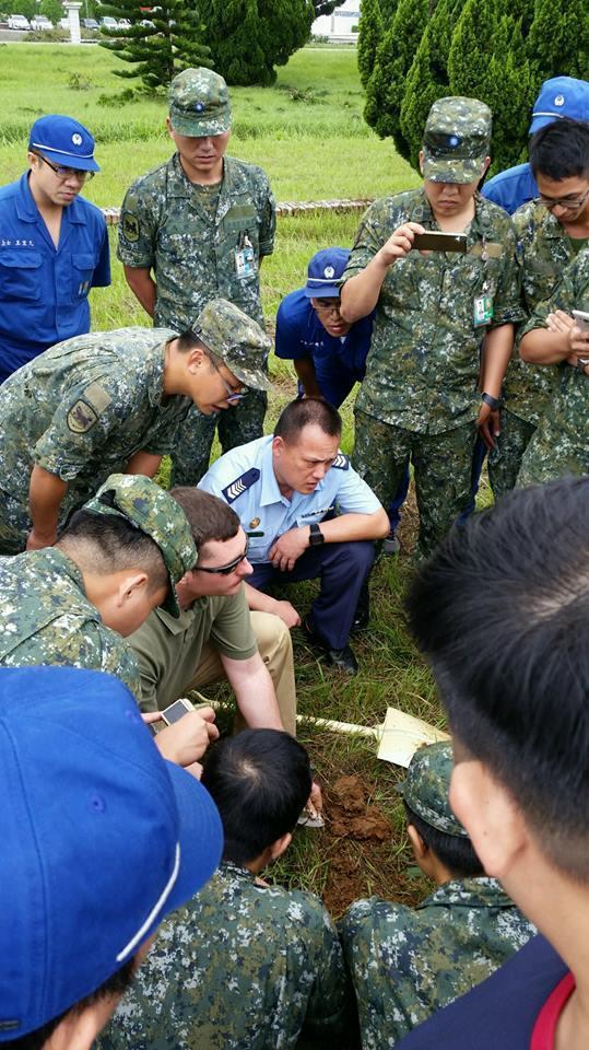 美軍教官指導國軍人員處理爆裂物。圖/翻攝臉書