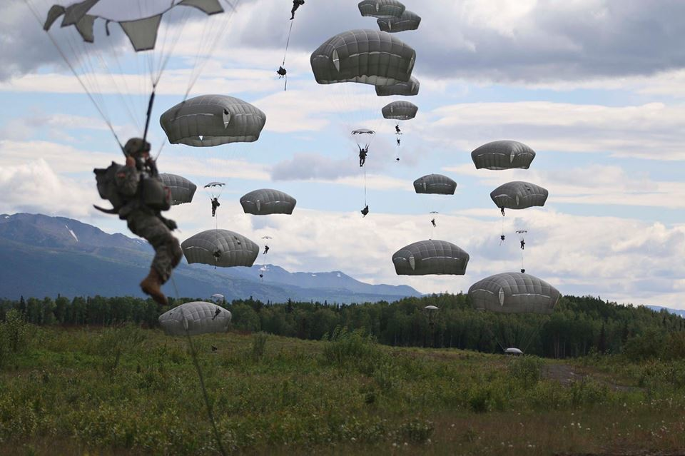第4空降旅戰鬥群是美軍在太平洋地區唯一的空降單位,圖為該旅官兵進行跳傘演習,使用...