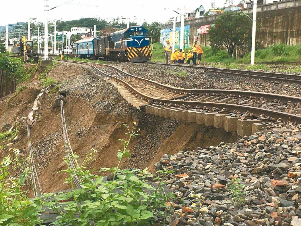 受艾利颱風外圍環流影響,台東連日豪雨成災,台鐵台東鹿野站前昨天上午發生路基流失,...