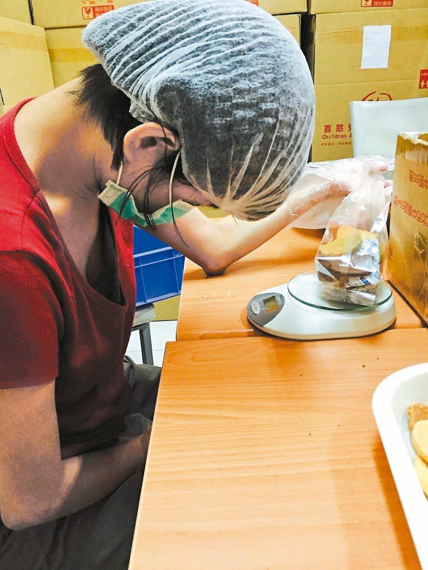 小云在竹東喜憨兒工坊,學習包裝、打掃,仍需企業提供代工機會。 圖/竹東工坊提供