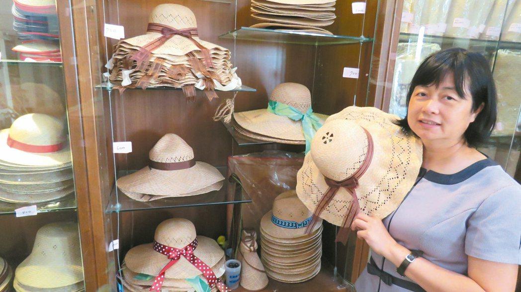 苑裡鎮藺草文化館,販售當地婦女手作藺草編織帽蓆。 記者張弘昌/攝影