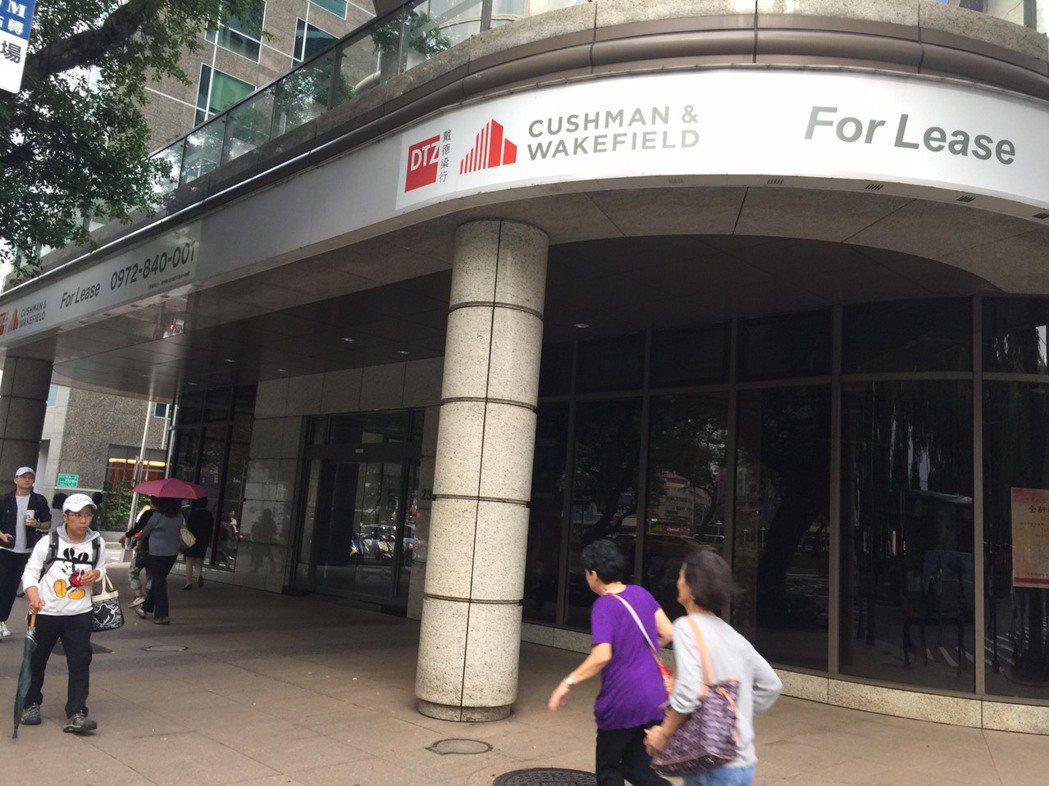 銀行分行撤離台北市精華區。圖為匯豐敦南分行。台灣房屋提供