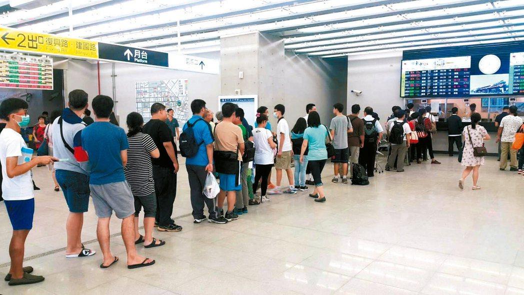 台中鐵路高架化,今天同步開放販售紀念月台票,售票窗口大排長龍。 記者林佩均/攝影
