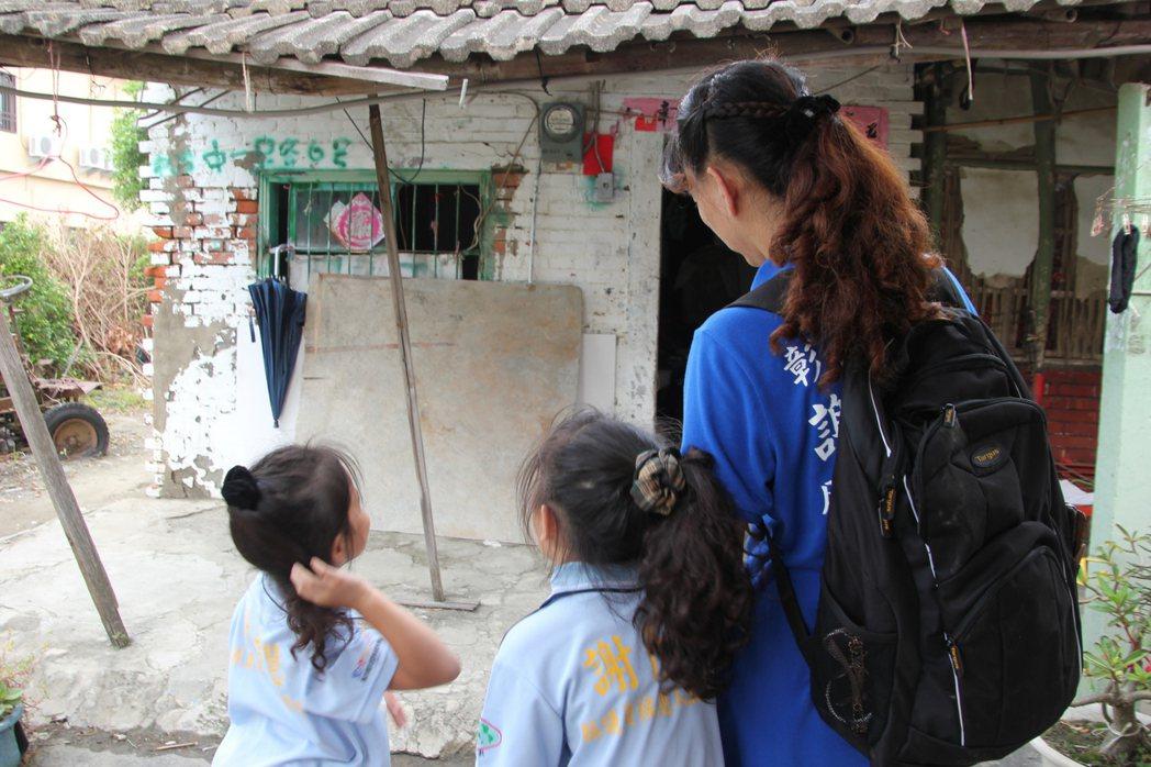 單親媽陳心怡說當初看到洪家一家三口住在塌陷漏水的房子,覺得很心酸,即向台灣心義工...