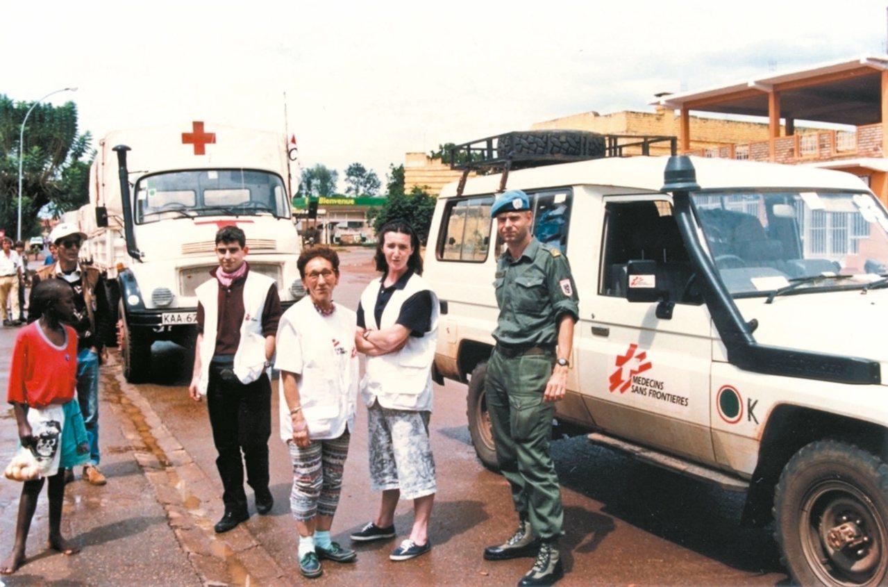 1994年4月13日,無國界醫生的一組急救手術團隊與國際紅十字會一起從蒲隆地的布...