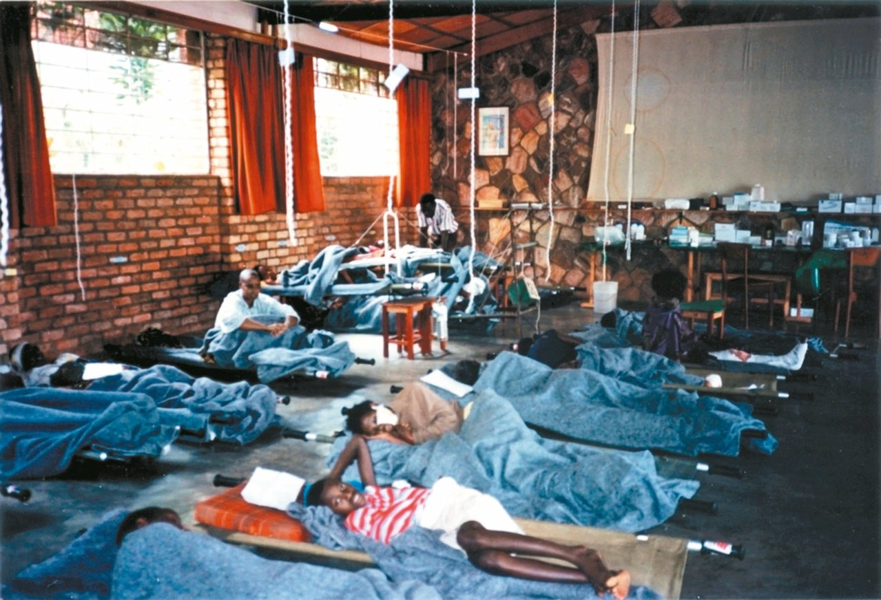 無國界醫生的團隊抵達盧安達之後,與國際紅十字會一起將一間孤兒院變成一間前線醫院,...