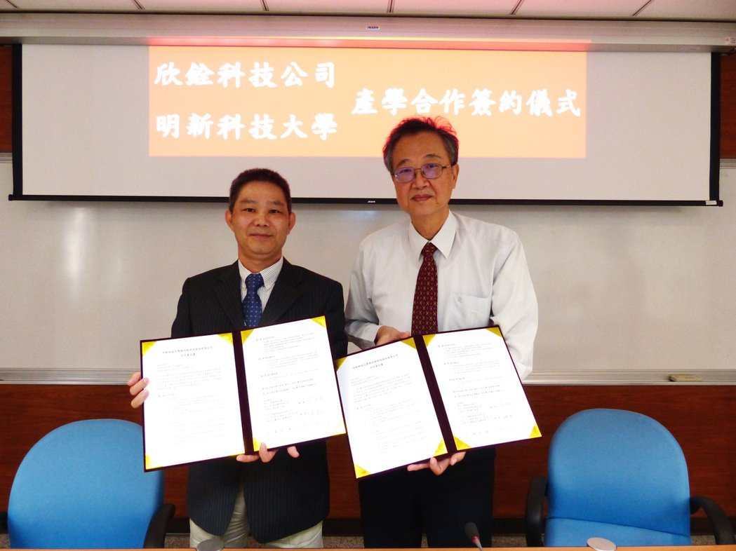 欣銓科技營運副總經理饒清成(左)、明新科大校長袁保新代表簽約。明新/提供