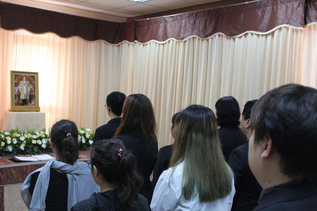 屏科大在學校設置追思會場讓泰國學生在台就能緬懷泰皇。屏東科技大學/提供