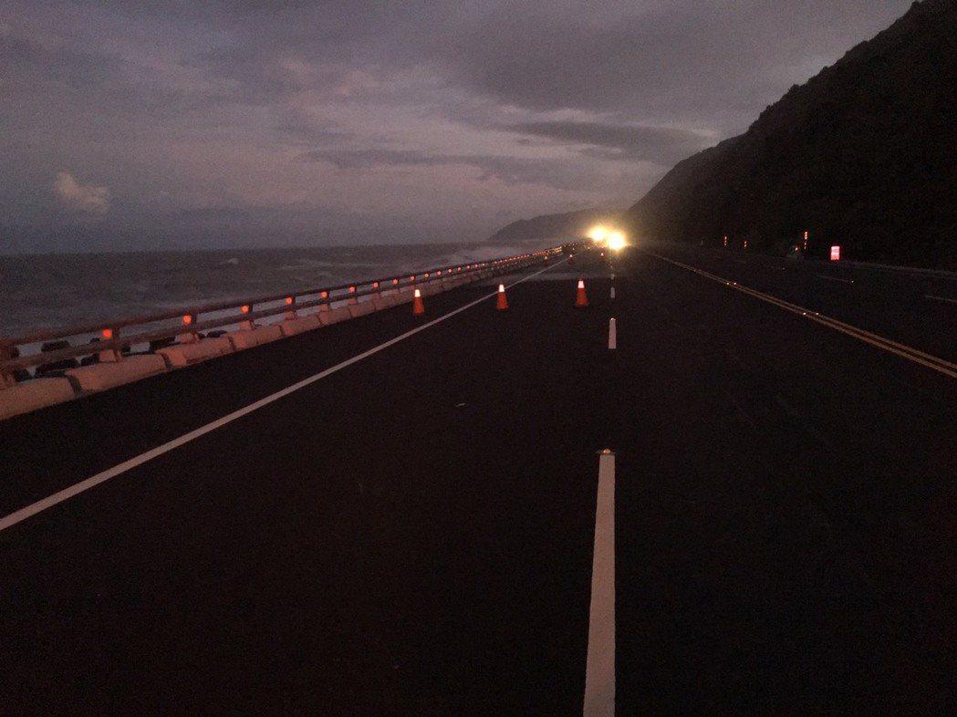 南迴公路南興段北上外側車道今晚預警性封路管制。圖/大武分局提供