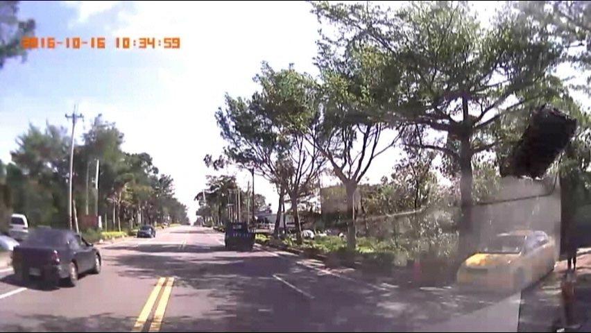 救護車的行車記錄器清楚的拍到,「瘋狂駕駛」逆向飆車的行徑。記者蔡家蓁/翻攝